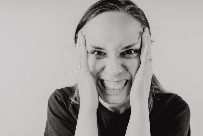 Retrato emocional de um indivíduo louco no close-up conceito: a divisão nervosa, a doença mental, as dores de cabeça e a enxaquec imagens de stock royalty free