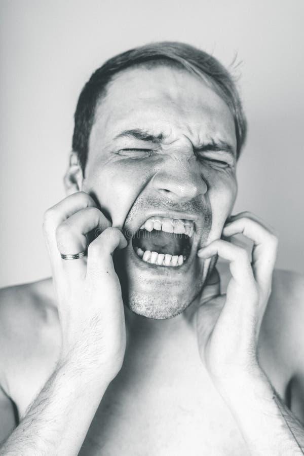 Retrato emocional de un individuo loco en primer concepto: el ataque de nervios, la enfermedad mental, los dolores de cabeza y la foto de archivo libre de regalías