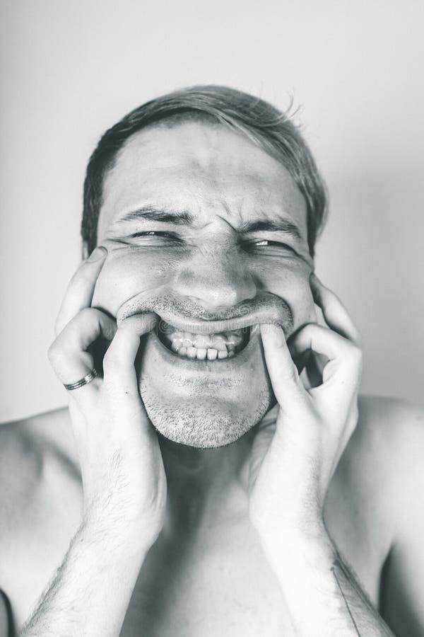 Retrato emocional de un individuo loco en primer concepto: el ataque de nervios, la enfermedad mental, los dolores de cabeza y la imágenes de archivo libres de regalías