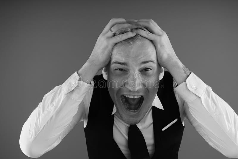 Retrato emocional de un individuo loco en primer concepto: el ataque de nervios, la enfermedad mental, los dolores de cabeza y la foto de archivo