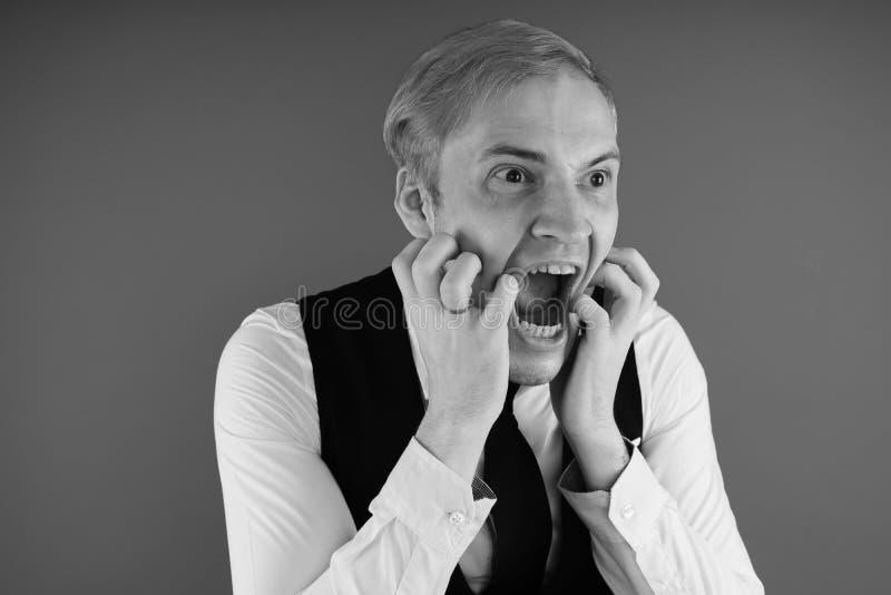 Retrato emocional de un individuo loco en primer concepto: el ataque de nervios, la enfermedad mental, los dolores de cabeza y la imagen de archivo libre de regalías