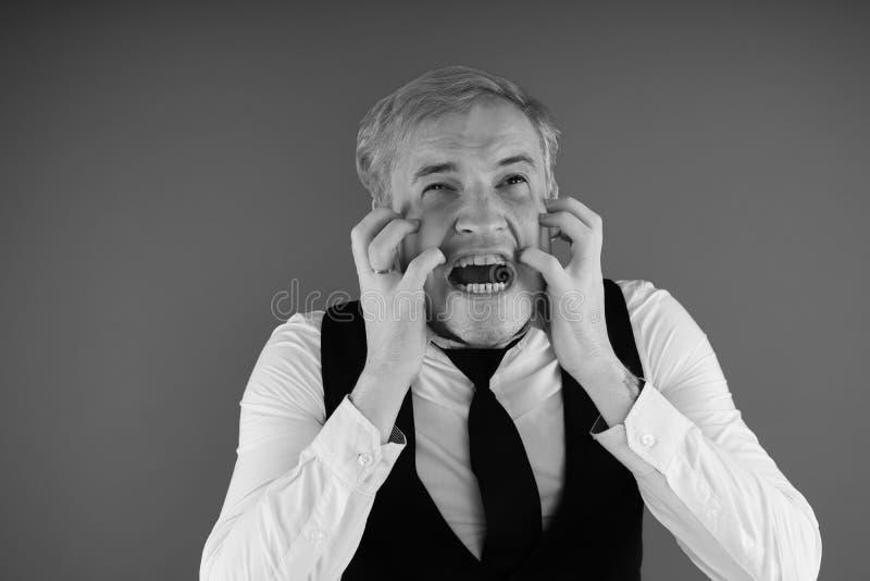 Retrato emocional de un individuo loco en primer concepto: el ataque de nervios, la enfermedad mental, los dolores de cabeza y la fotografía de archivo libre de regalías
