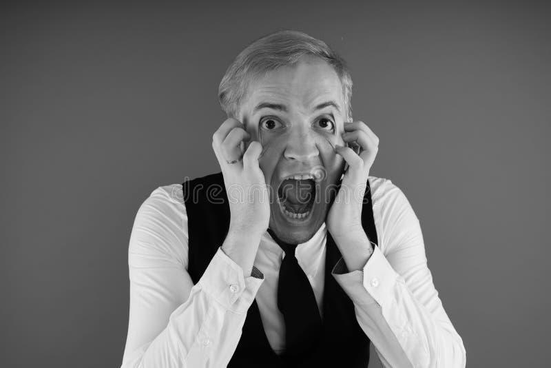 Retrato emocional de un individuo loco en primer concepto: el ataque de nervios, la enfermedad mental, los dolores de cabeza y la fotos de archivo libres de regalías