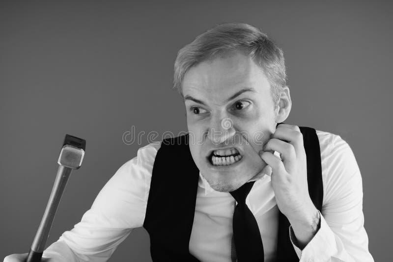 Retrato emocional de un individuo loco en primer concepto: el ataque de nervios, la enfermedad mental, los dolores de cabeza y la imagen de archivo