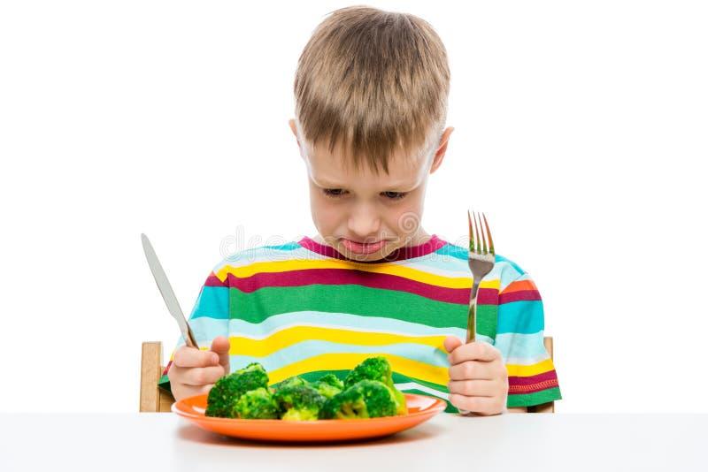 retrato emocional de un muchacho que no le gusta comer el bróculi, tiroteo fotos de archivo