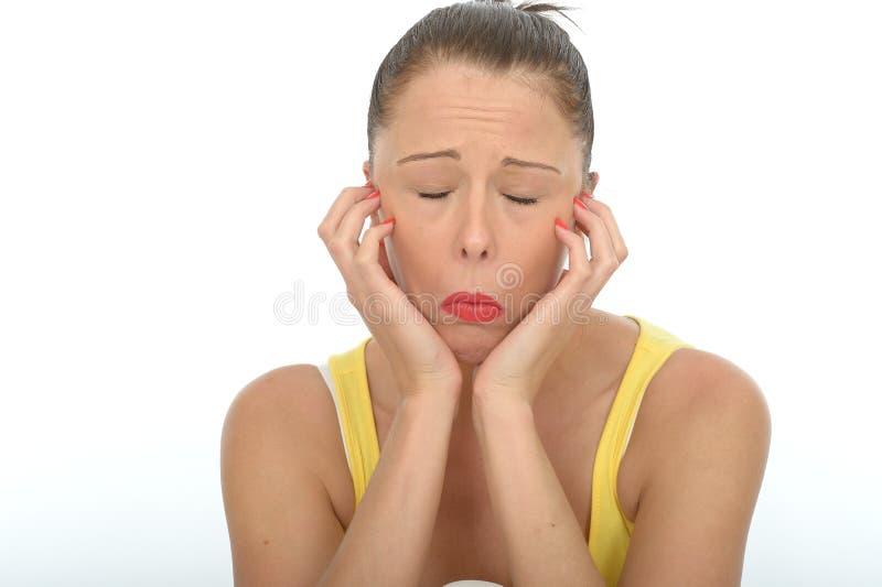 Retrato emocional deprimido infeliz furado da jovem mulher foto de stock