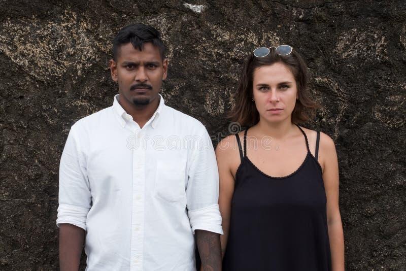 Retrato emocional do casal dos jovens apenas Estão perto da parede e olham na câmera foto de stock royalty free
