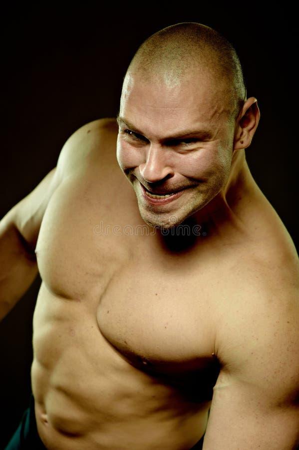 Retrato emocional do homem agressivo muscular imagem de stock