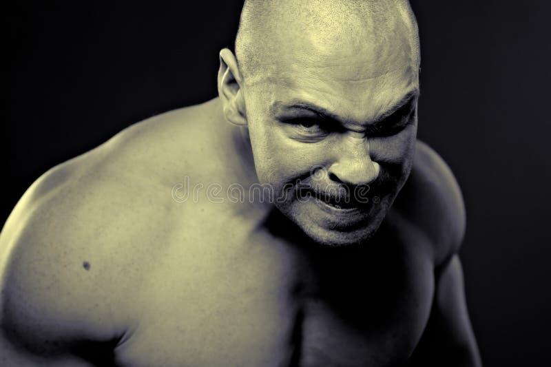 Retrato emocional do homem agressivo muscular imagens de stock royalty free