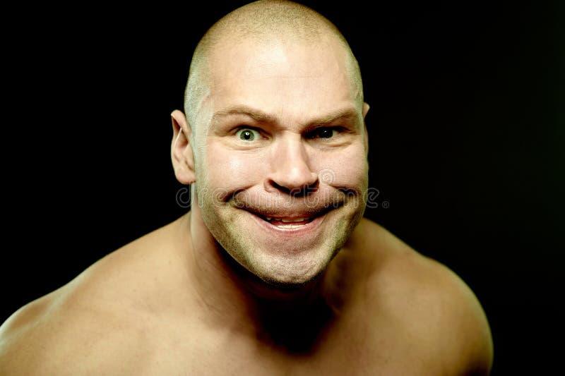 Retrato emocional do homem agressivo muscular imagens de stock