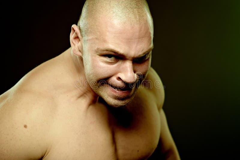 Retrato emocional do homem agressivo muscular foto de stock royalty free
