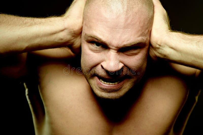 Retrato emocional do homem agressivo muscular fotografia de stock royalty free