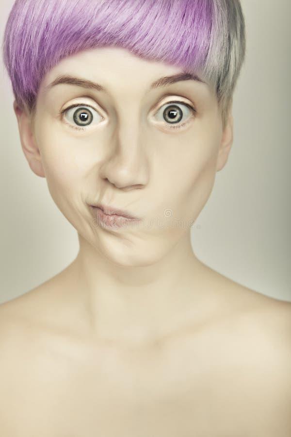 Retrato emotivo colorido de la muchacha del estilo de pelo imagenes de archivo