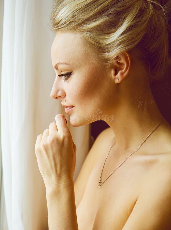 Retrato emotivo de la mujer hermosa joven con el pelo rubio largo imágenes de archivo libres de regalías