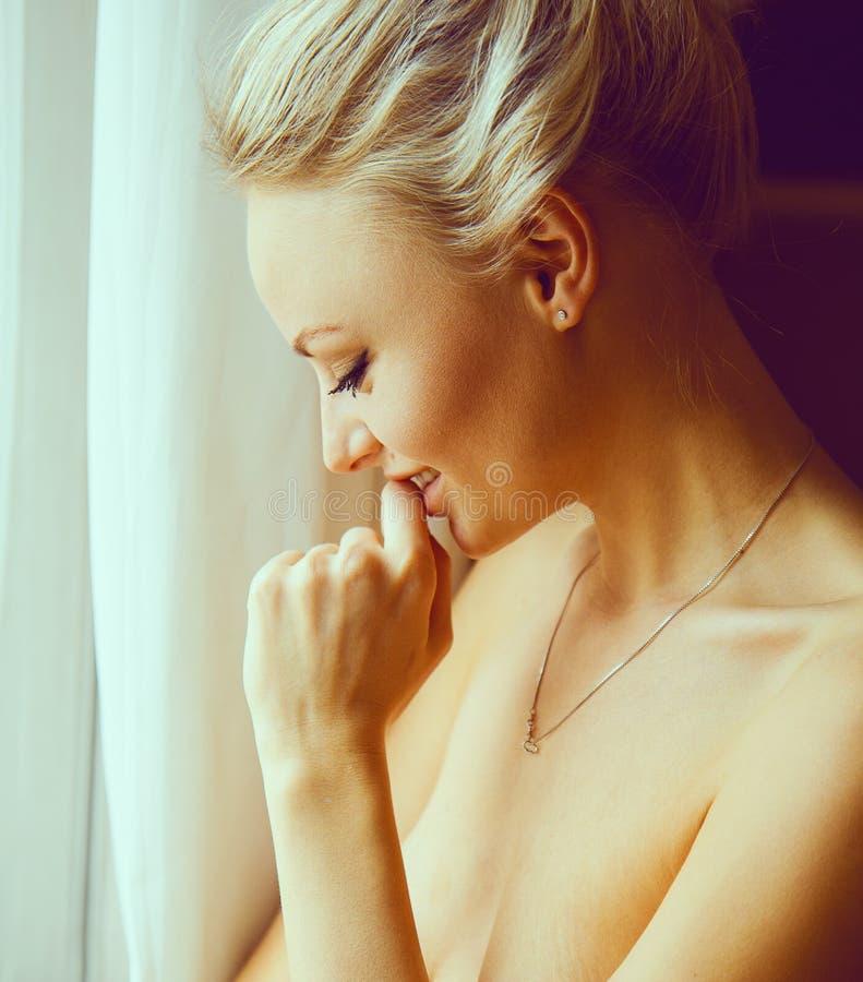 Retrato emotivo de la mujer hermosa joven con el pelo rubio largo foto de archivo