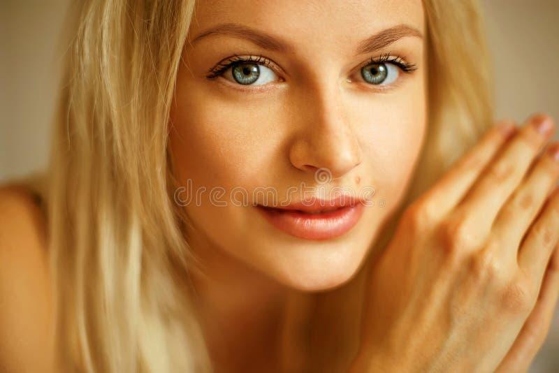 Retrato emotivo de la mujer hermosa joven con el pelo rubio largo imagen de archivo