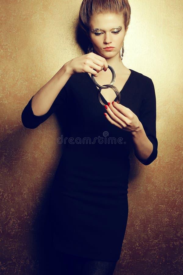 Retrato emotivo de um modelo ruivo da forma bonita com a fotos de stock