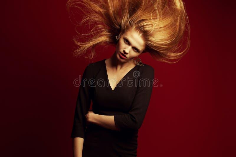 Retrato emotivo de uma menina ruivo bonita do gengibre com fl imagens de stock royalty free
