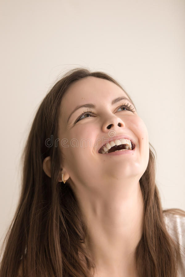 Retrato emotivo del headshot de la mujer joven alegre imagenes de archivo