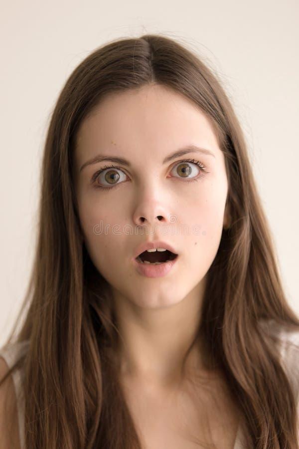Retrato emotivo del headshot de la mujer joven pasmada imagenes de archivo