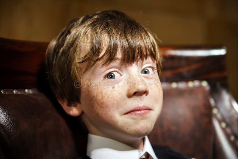 Retrato emotivo del muchacho pecoso pelirrojo, concepto de la niñez fotos de archivo libres de regalías