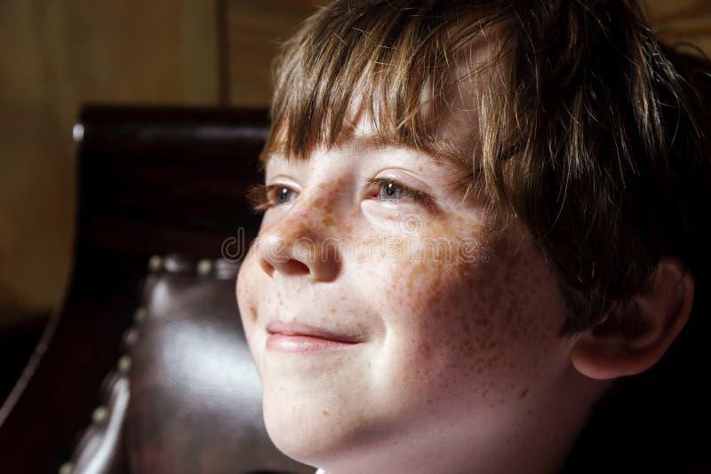 Retrato emotivo del muchacho pecoso pelirrojo, concepto de la niñez foto de archivo