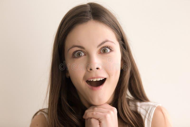 Retrato emotivo do headshot da jovem mulher surpreendida fotografia de stock royalty free