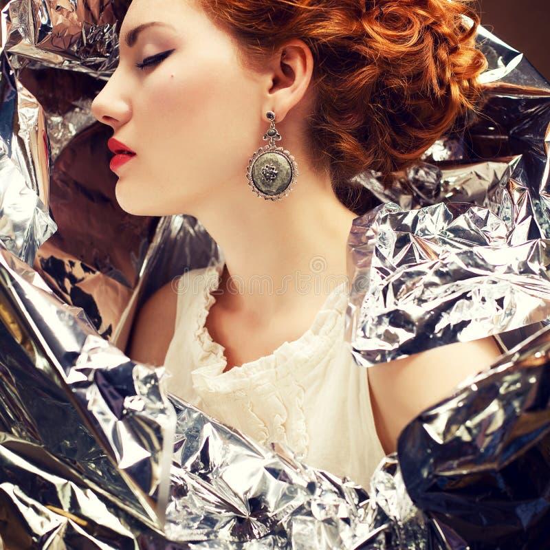 Retrato emotivo dos arty de elegante rainha-como a jovem mulher imagens de stock royalty free