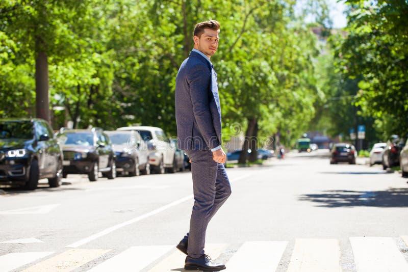 Retrato en crecimiento completo de un hombre joven en un traje de negocios foto de archivo libre de regalías