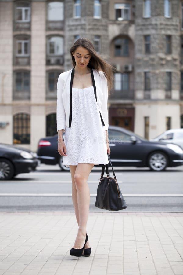 Retrato en crecimiento completo, mujer joven hermosa en el vestido blanco foto de archivo