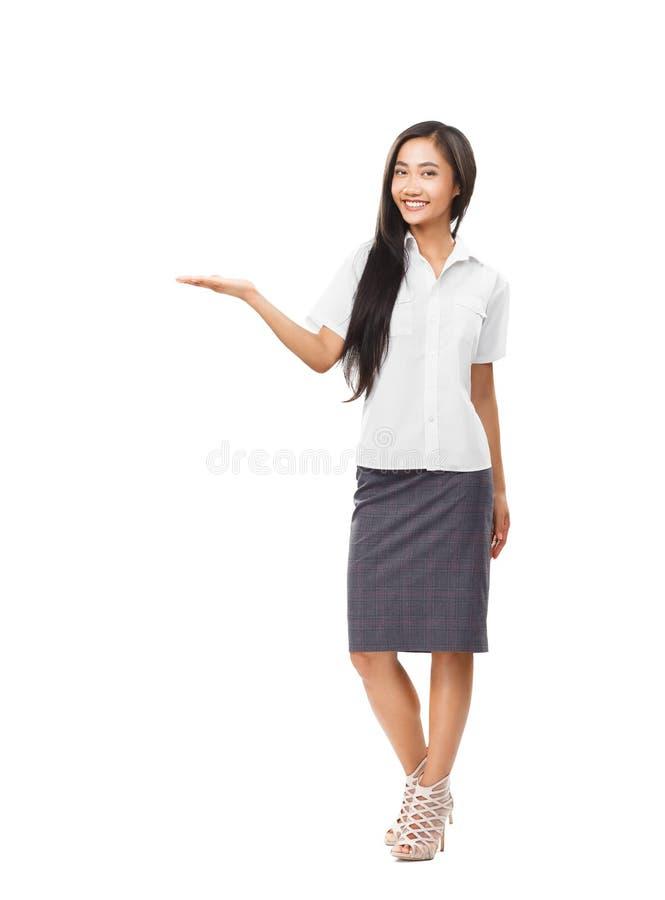 Retrato en integral de la muchacha sonriente joven con la palma abierta imagen de archivo libre de regalías