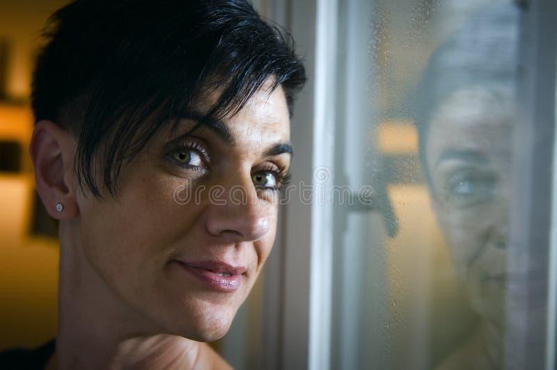 Retrato en la ventana fotografía de archivo libre de regalías