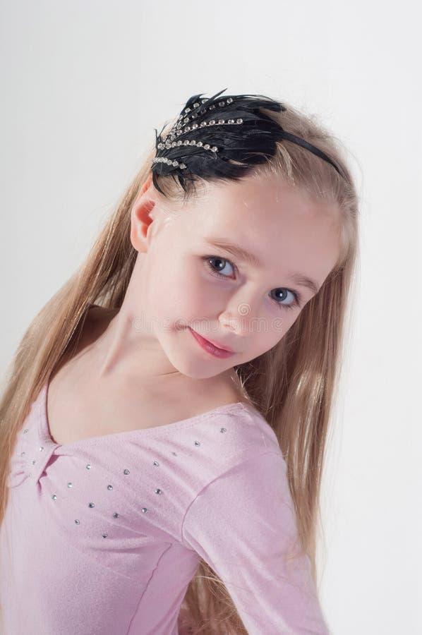 Retrato en muchacha rubia con el pelo largo foto de archivo