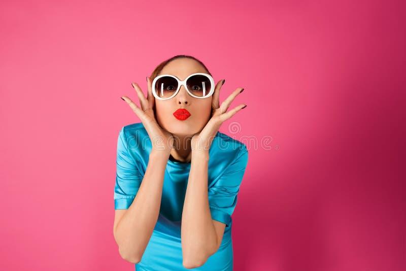 Retrato en mujer joven en vestido azul y las gafas de sol blancas imágenes de archivo libres de regalías
