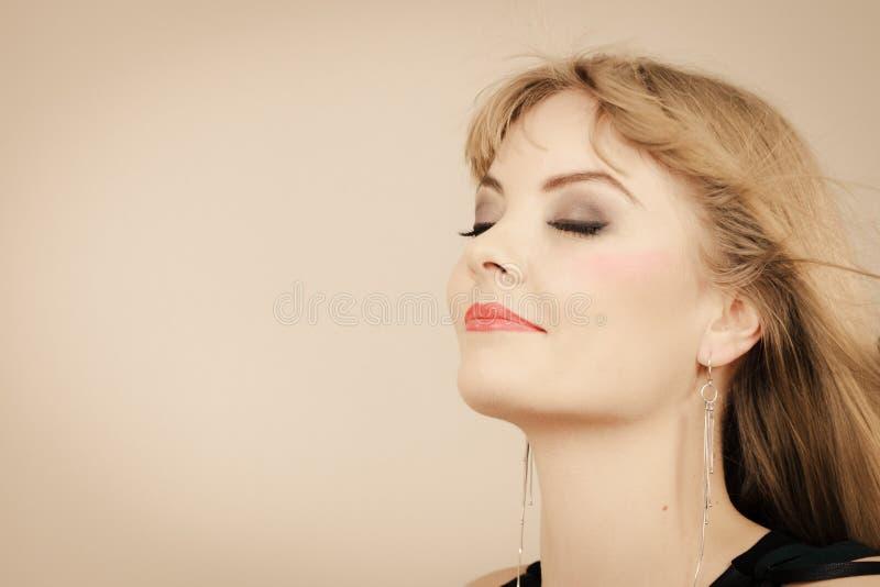Retrato encantador de la señora de la mujer elegante imagen de archivo libre de regalías