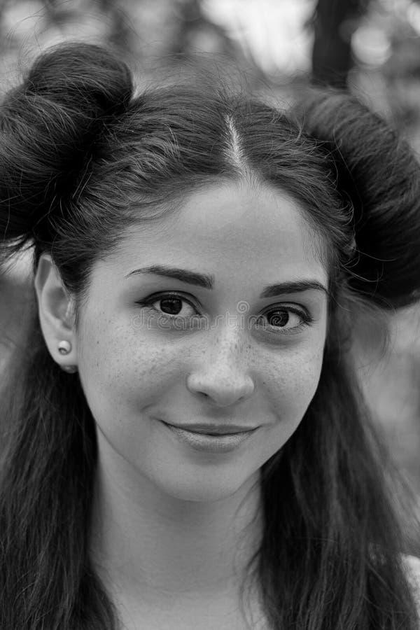 Retrato encantador de una muchacha morena joven con los ojos hermosos, blanco y negro fotos de archivo
