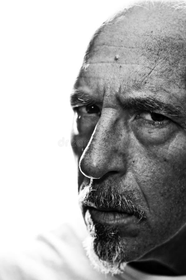 Retrato encendido trasero del tres cuartos del hombre serio fotografía de archivo