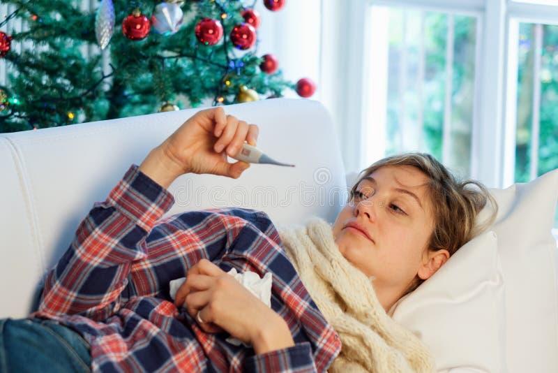 Retrato enfermo de la mujer durante día de fiesta de la Navidad imagen de archivo libre de regalías