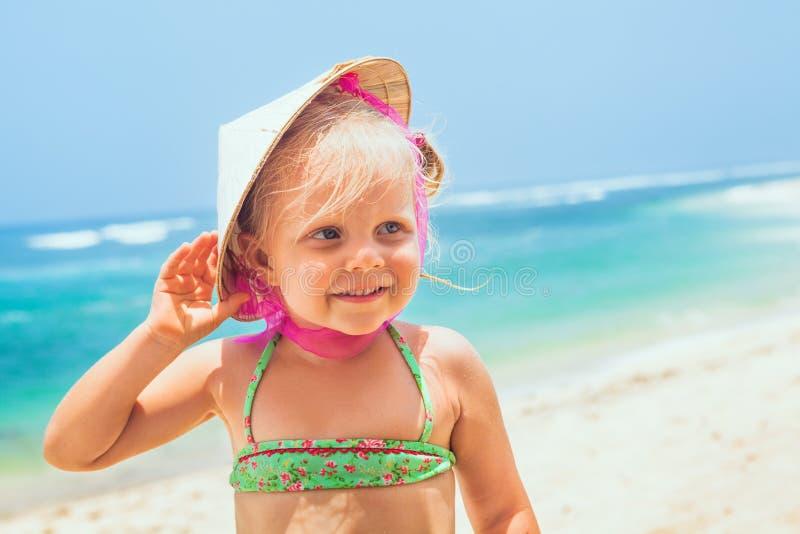 Retrato engraçado da cara da criança feliz no chapéu de palha vietnamiano imagem de stock royalty free