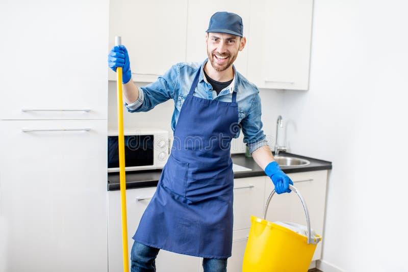 Retrato engraçado de um homem como um líquido de limpeza profissional imagens de stock
