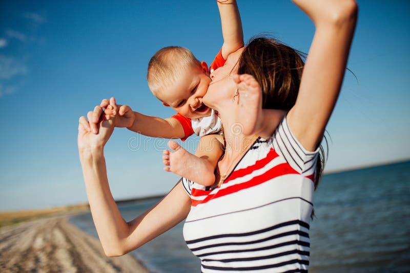 Retrato engraçado de uma família feliz na praia imagens de stock royalty free