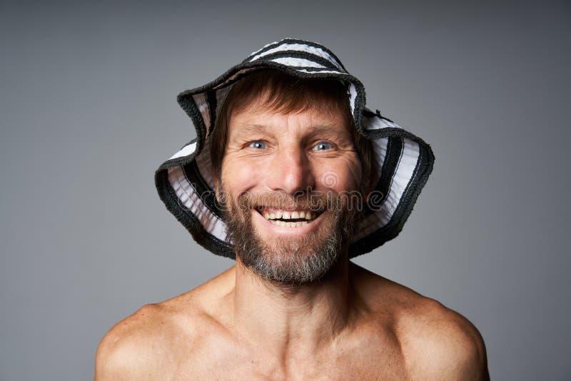 Retrato engraçado do chapéu vestindo em topless do verão do homem maduro fotos de stock