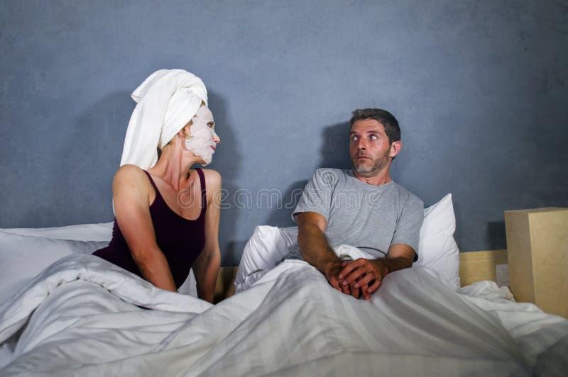 Retrato engraçado do estilo de vida do homem e da mulher que caracterizam o casal estranho com a esposa na máscara protetora prin fotos de stock royalty free