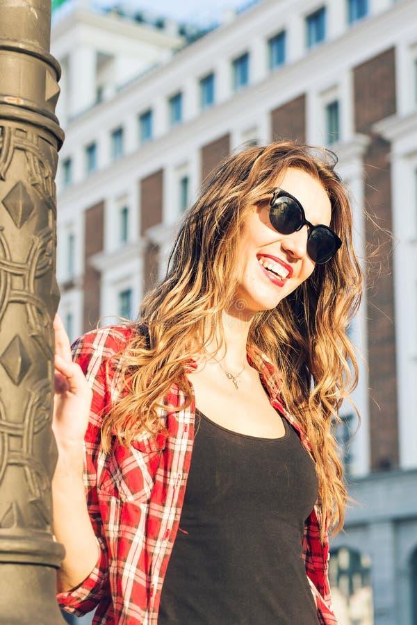 Retrato ensolarado da forma do estilo de vida do verão da mulher à moda nova que anda na rua, equipamento na moda bonito vestindo fotografia de stock