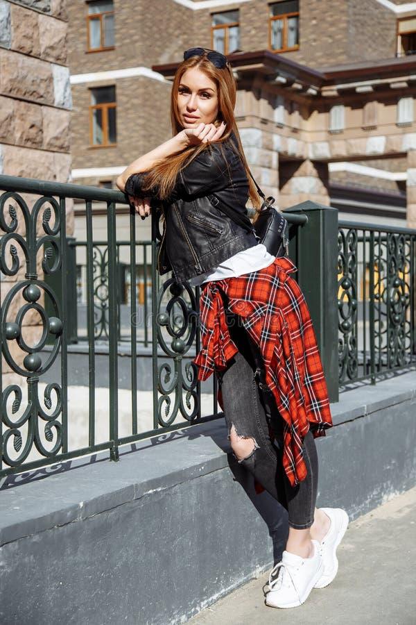 Retrato ensolarado da forma do estilo de vida do verão da mulher à moda nova que anda na rua, equipamento na moda bonito vestindo imagens de stock