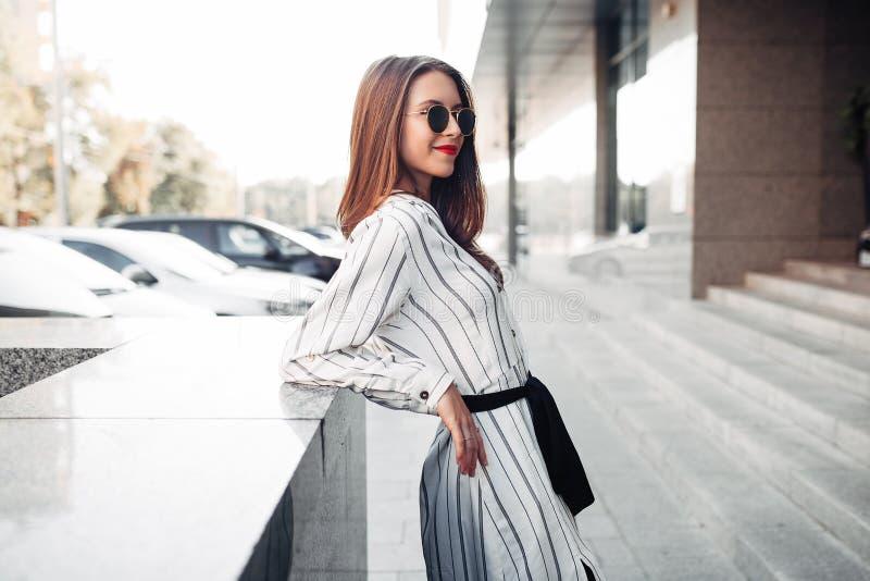 Retrato ensolarado da forma do estilo de vida do verão da mulher à moda nova que anda na rua, equipamento na moda bonito vestindo imagem de stock royalty free
