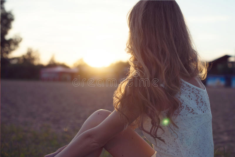 Retrato ensolarado de uma mulher romântica nova bonita fotografia de stock