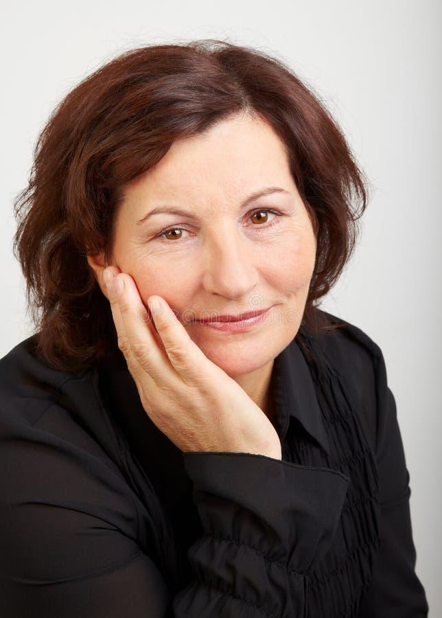 Retrato envelhecido médio da mulher imagem de stock