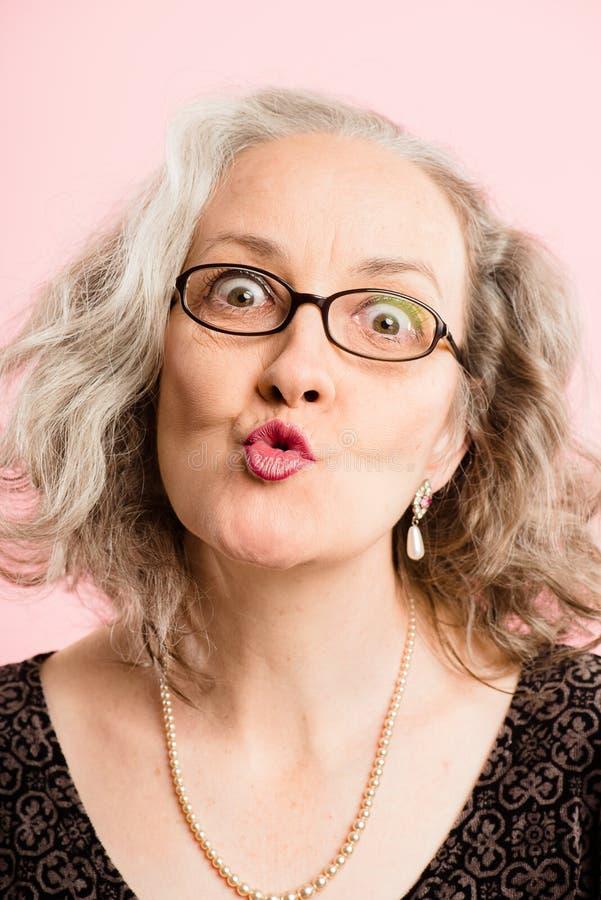 Definição alta dos povos reais engraçados do fundo do rosa do retrato da mulher fotografia de stock