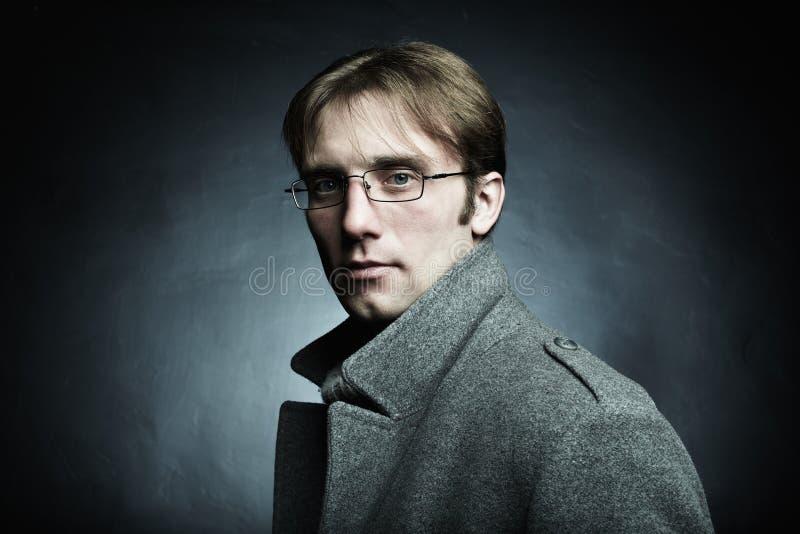 Retrato escuro artístico do homem bonito novo imagem de stock royalty free